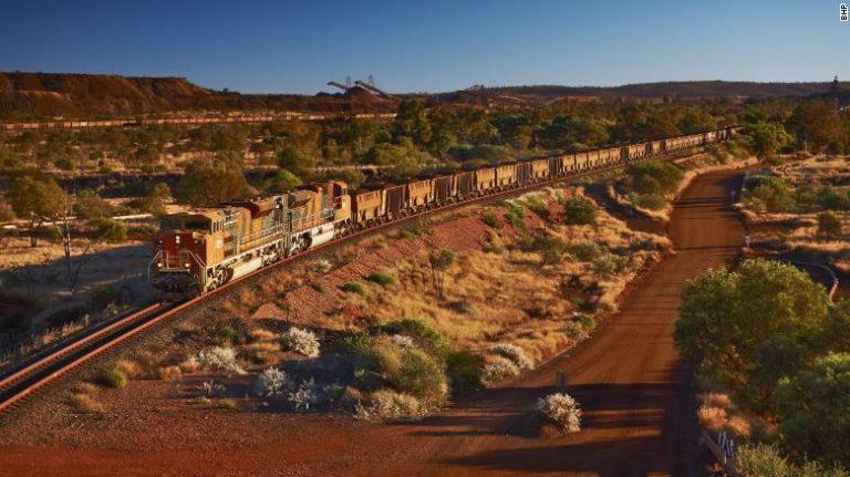 Treni me qindra vagonë ecën 92 km pa shofer