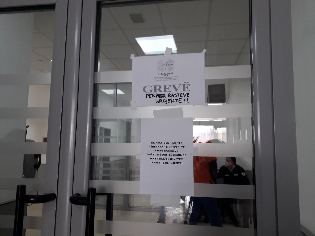 Pacientët kërkojnë ndërprerjen e grevës së mjekëve