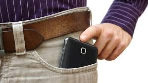 Cilat janë pasojat e mbajtjes së telefonit në xhep?