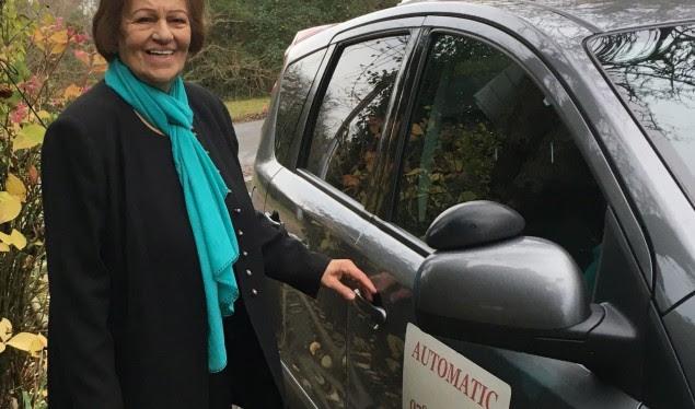 Gjyshja 82-vjeçare merr patentën e shoferit me të parën