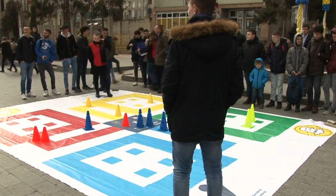 Qytetarët luajnë 'LUDO' në sheshin e Skenderajt
