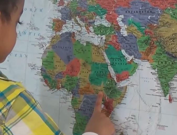 Dy vjeçari gjeni, di emrat e 202 shteteve dhe i gjen në hartë