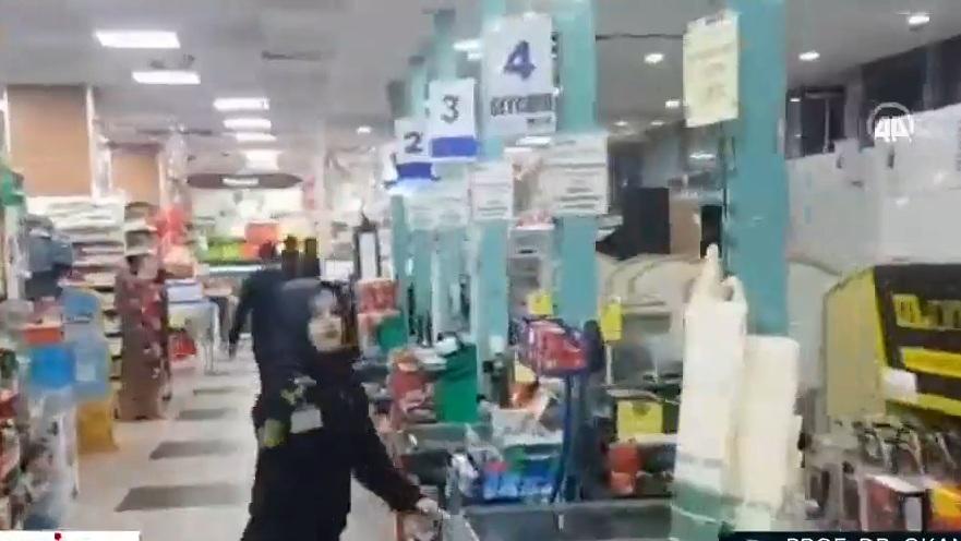 Pamje nga tërmet i fuqishëm në Turqi, njerëzit duke ikur... - Indeksonline.net