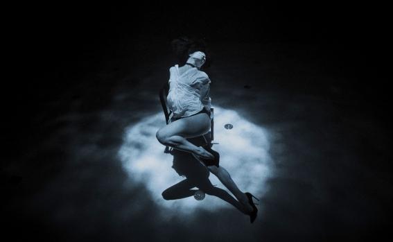 nje-tango-qe-te-le-pa-fryme-vallezim-10-metra-nen-uje